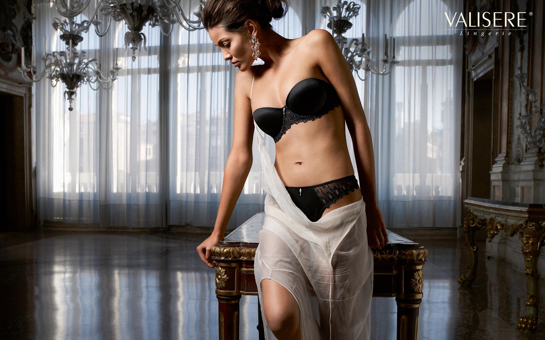 Телку в черном платье 8 фотография