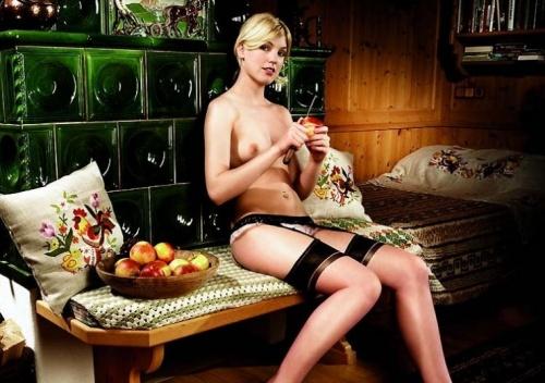 Sexy Women working on a Farm (12 фото) (эротика)