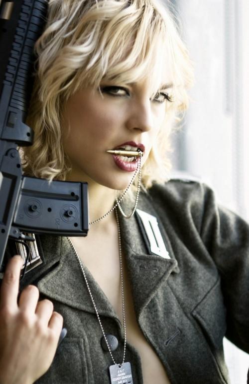 Вооружена и очень опасна 2 (203 фото) (эротика)