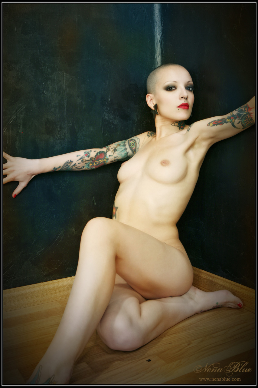 Лысая голая девушка