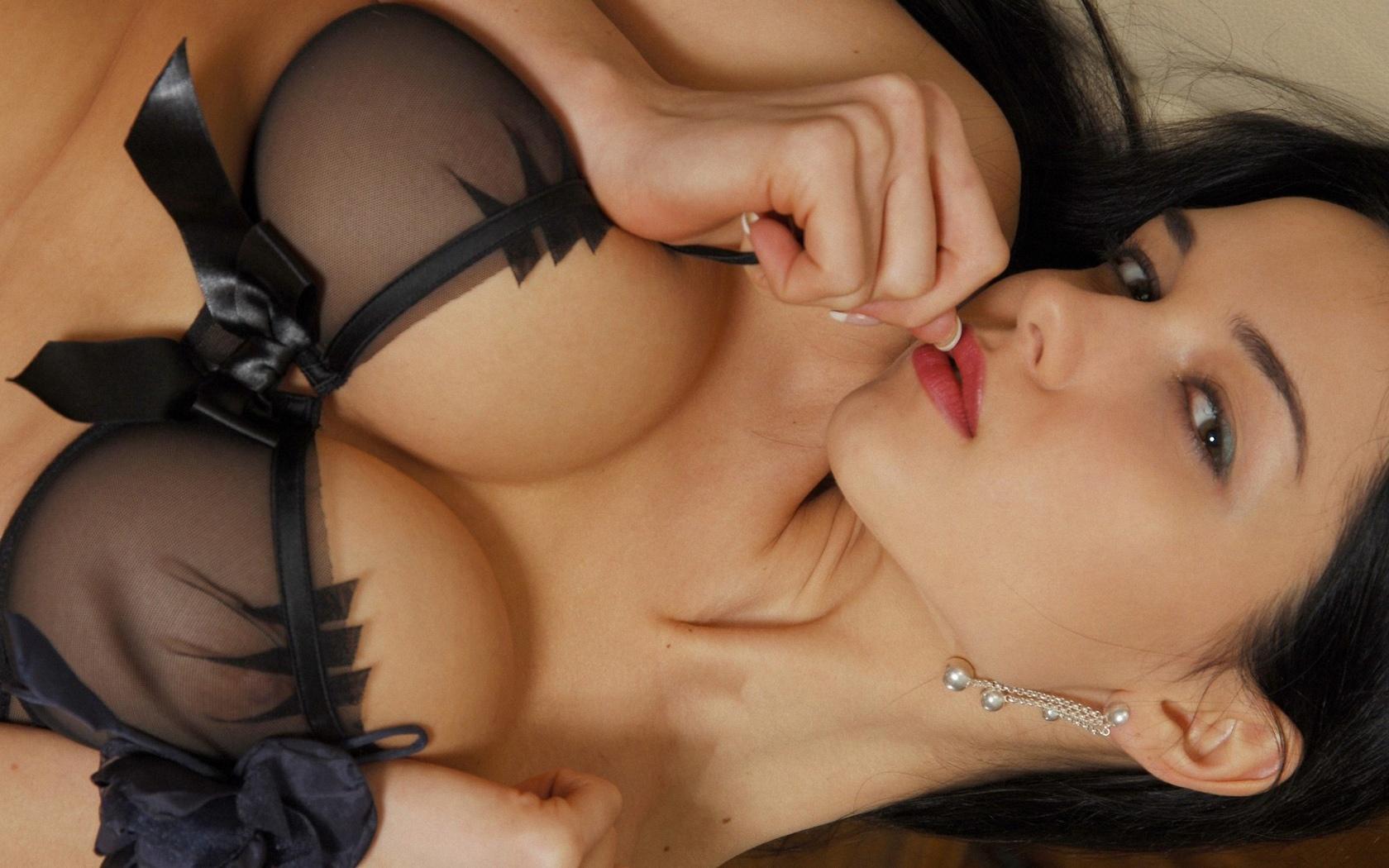 Девушки ласкают свою грудь — pic 1
