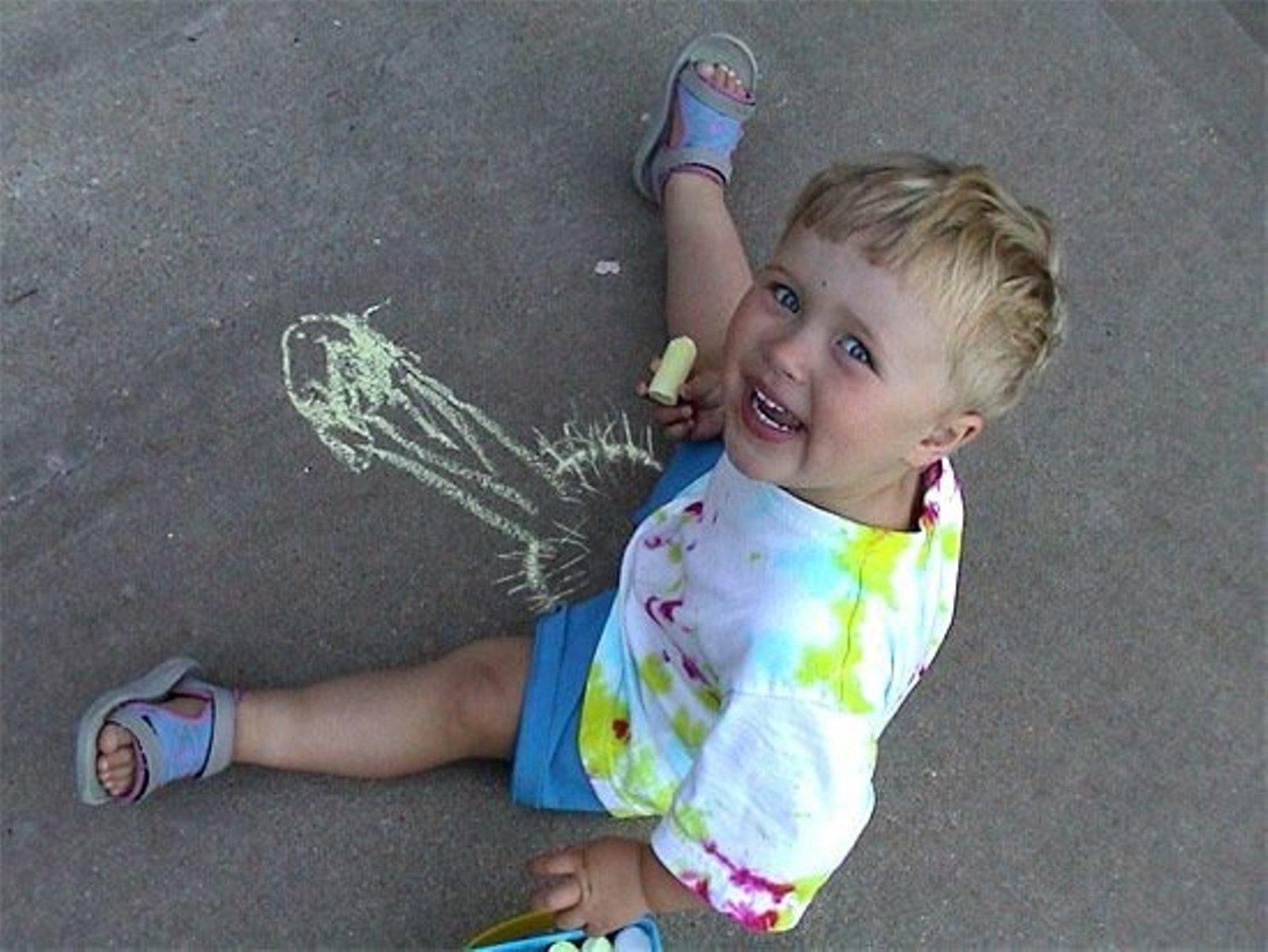 Фото как маленькая девочка трогает писюн 28 фотография