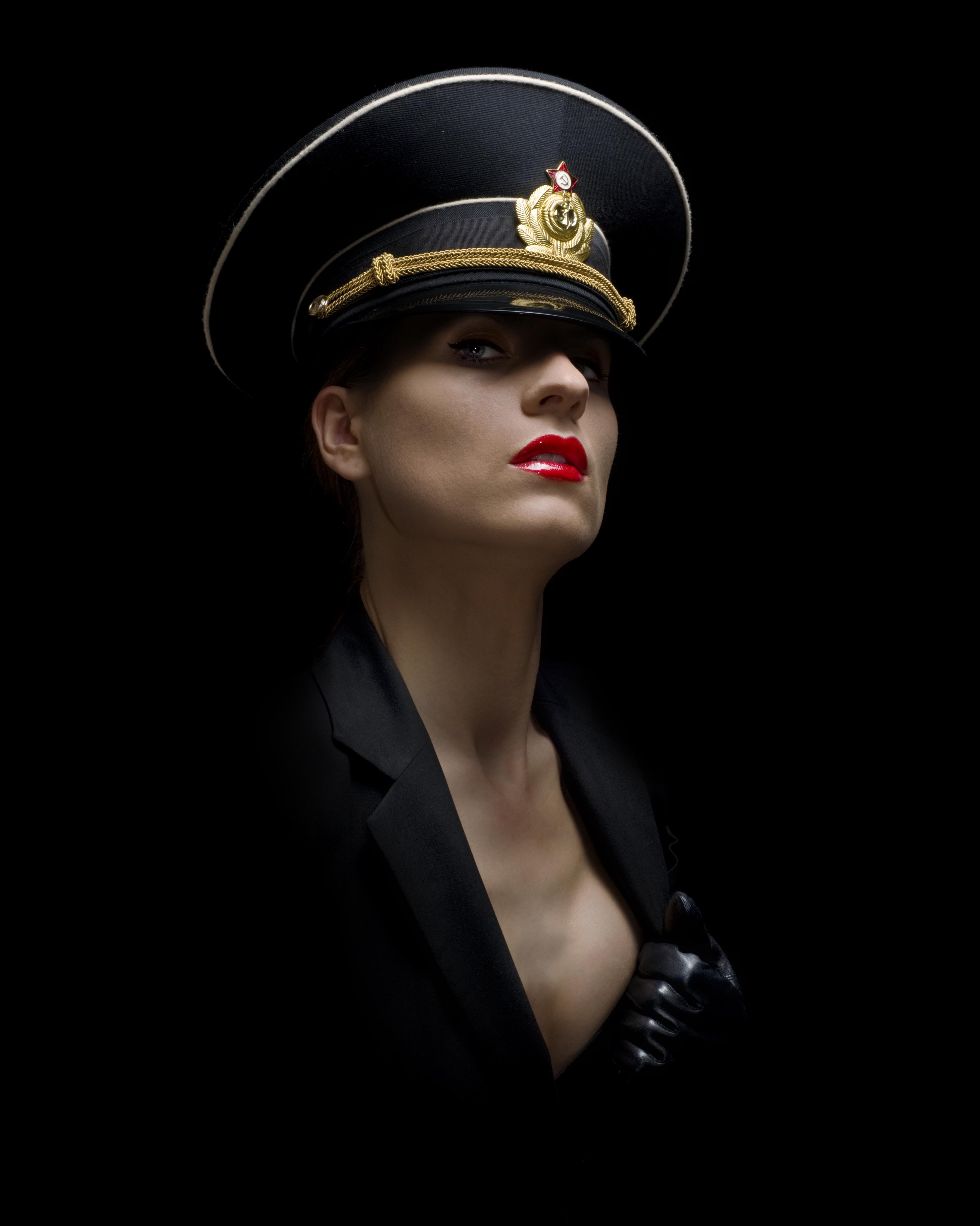 Связанные девушки в военной форме 5 фотография