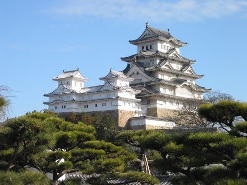 http://cp12.nevsepic.com.ua/79-2/thumbs/1355609379-himeji_castle_the_keep_towers.jpg