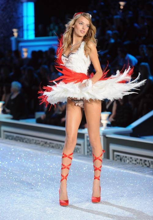 2011 Victoria's Secret Fashion Show: Runway (34 фото)