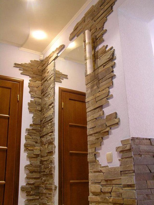 Можно не обои выбрать, а декоративный кирпич (искусственный камень).  Кирпичем обыграть свод над входной дверью.
