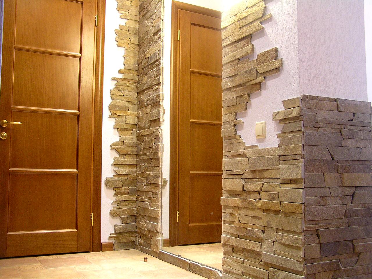 Внутренняя отделка стен камнем.