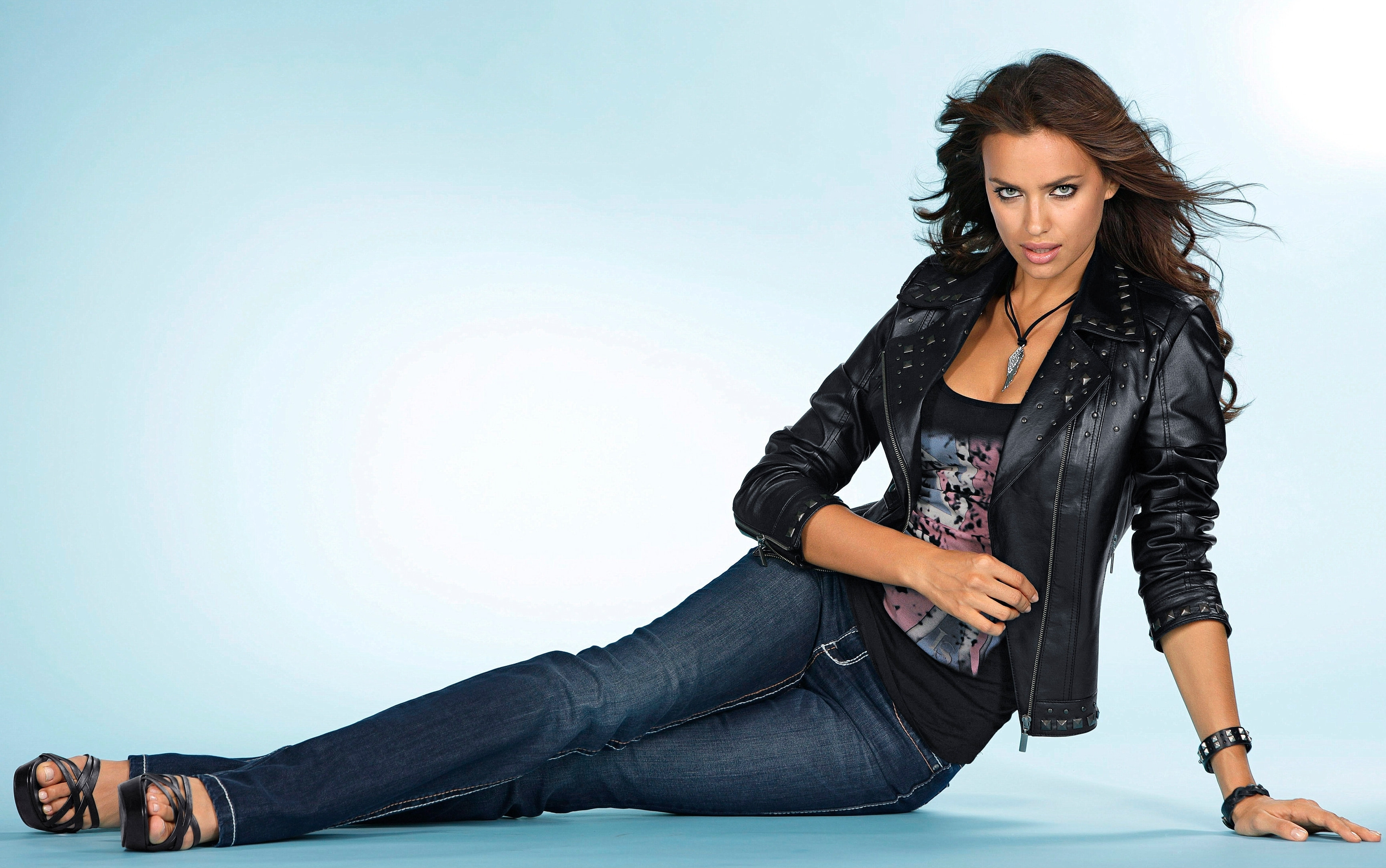Фотосессия девушек брюнеток в джинсах 2 фотография